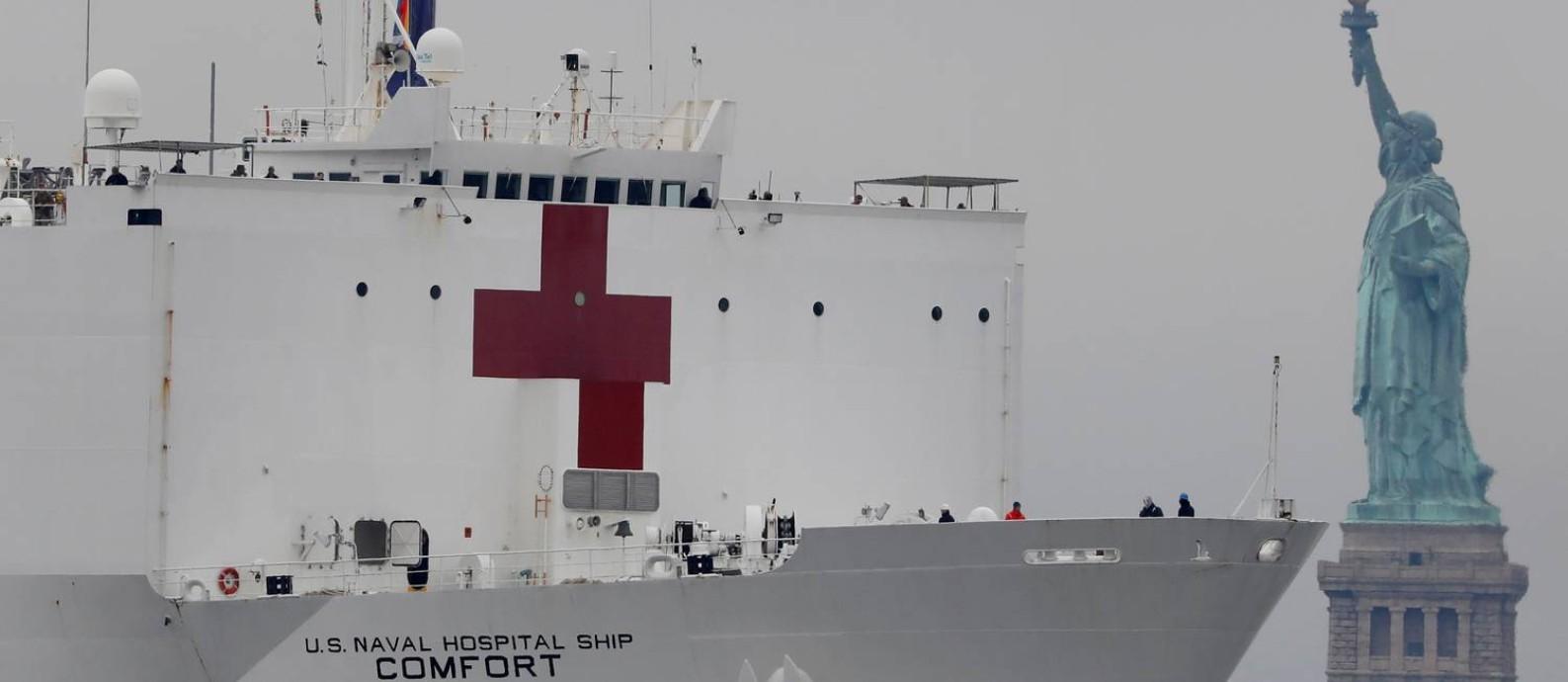 Navio-hospital USNS Comfort chega ao porto de Nova York, onde receberá pacientes que não estão infectados pelo coronavírus para tentar desafogar os hospitais da cidade Foto: ANDREW KELLY / REUTERS