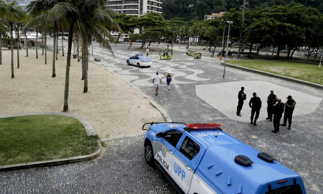 No Leme, policiais bloqueiam o acesso ao Caminho dos Pescadores Foto: Gabriel de Paiva / Agência O Globo