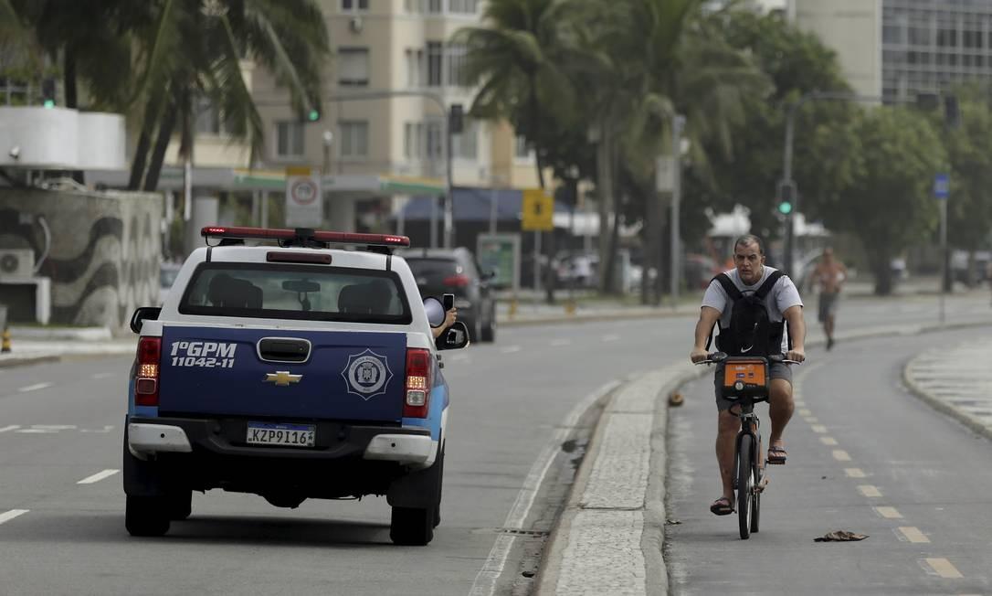 Com megafone, carro da Guarda Municipal passa pela orla com mensagens que orientam população sobre importância de ficar em casa Foto: Gabriel de Paiva / Agência O Globo