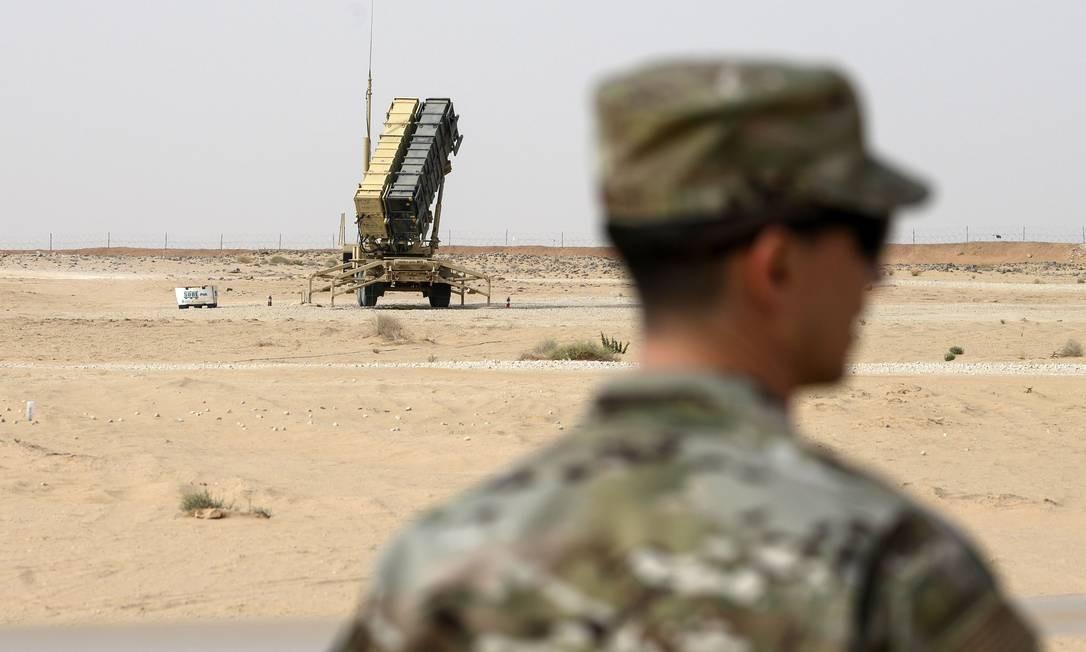 Militar americano perto de bateria de mísseis do sistema de defesa aérea Patriot na base aérea Príncipe Sultan, na Arábia Saudita Foto: ANDREW CABALLERO-REYNOLDS / AFP