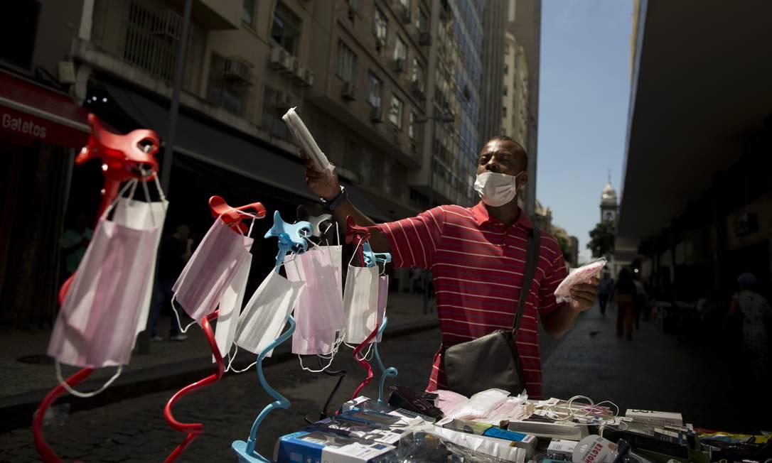 Camelô vendendo máscaras nas ruas do Rio no início da epidemia de coronavírus na cidade Foto: Márcia Foletto / Agência O Globo