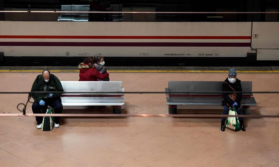 Pessoas usam máscara de proteção no metrô de Madri. Foto: OSCAR DEL POZO / AFP