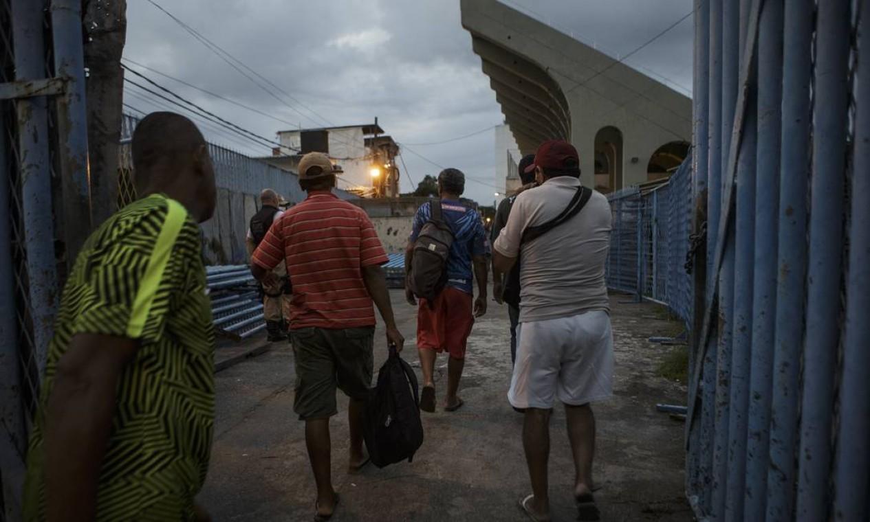 Pessoas em situação de rua acolhidas no Sambódromo do Rio, em 30 de março de 2020, para evitar a propagação da Covid-19 Foto: Alexandre Cassiano / Agência O Globo