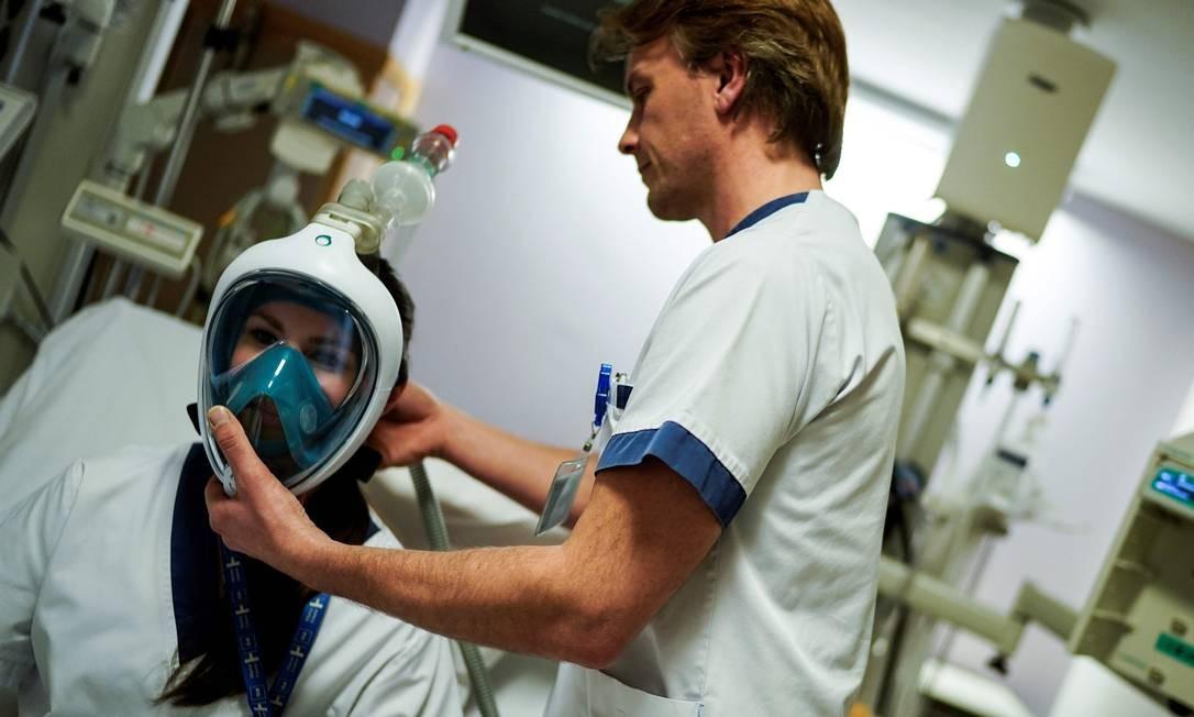 Máscaras são usadas para pacientes que apresentam problemas respiratórios graves. O objetivo é evitar a necessidade de entubar a traqueia do paciente e colocar um respirador Foto: KENZO TRIBOUILLARD / AFP