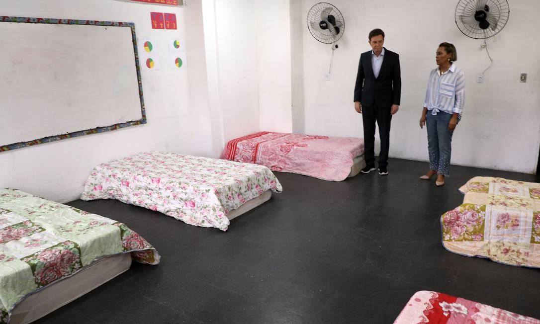 Quartos têm seis camas, um metro distantes umas das outras. Prefeito esteve no local na segunda-feira Foto: FABIO MOTTA / Agência O Globo