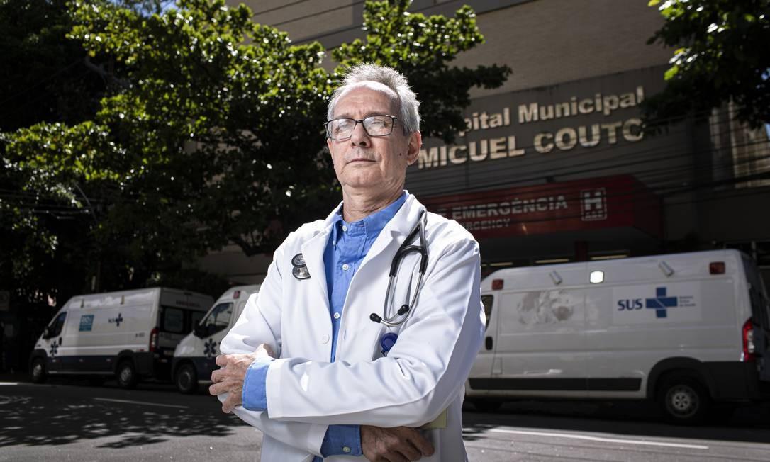 Experiência. Aos 66, Adilson Mariz está na linha de frente do Miguel Couto Foto: Hermes de Paula / Agencia O Glob / Agência O Globo