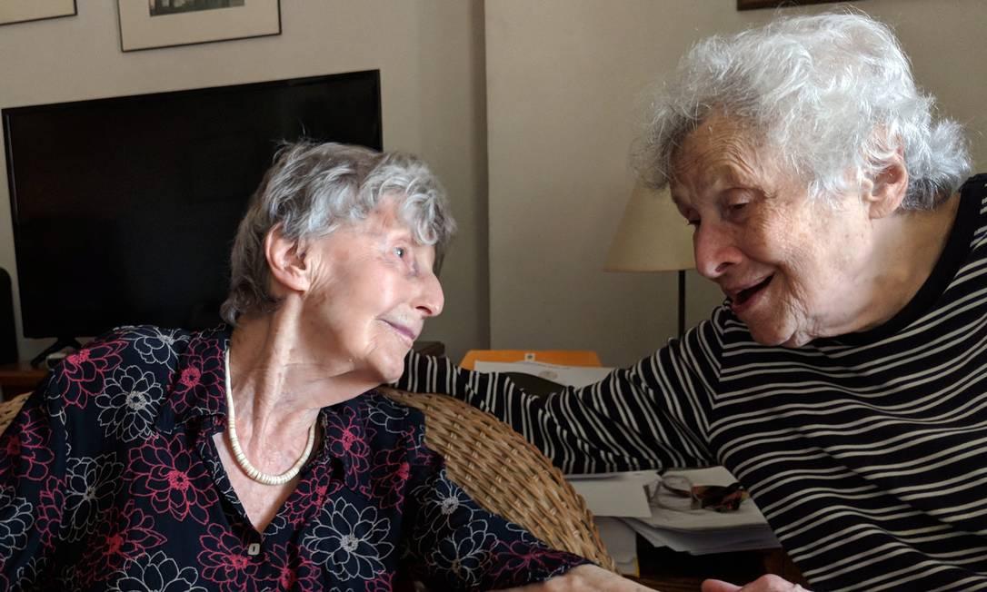 Eva Kollisch (esquerda) e Naomi Replansky em seu apartamento em Nova York Foto: MARY-ELIZABETH GIFFORD / NYT/31-03-2020