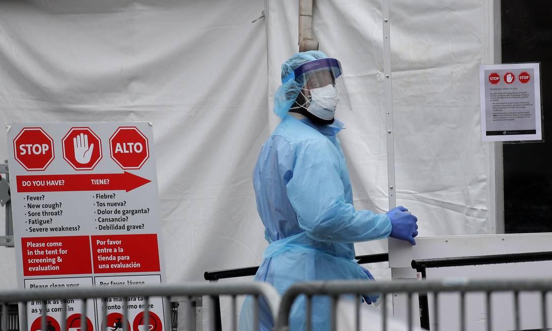 Médica em frente a hospital em Nova York Foto: BRENDAN MCDERMID / REUTERS