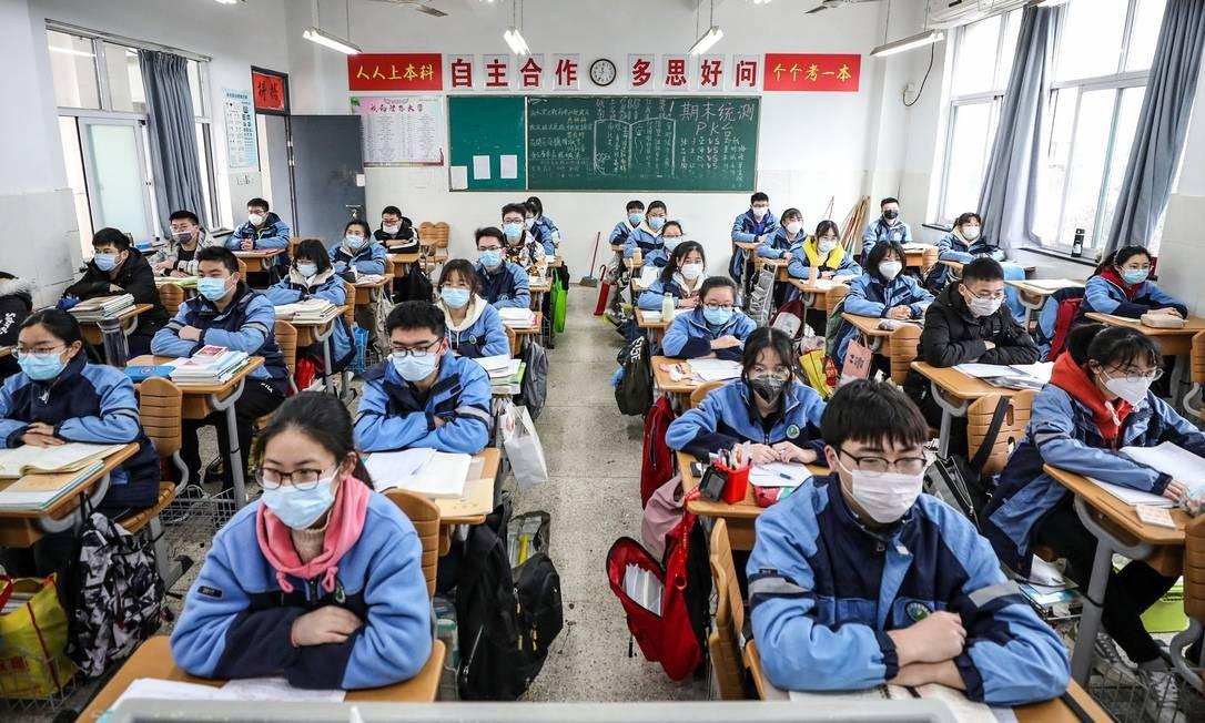 Estudantes de escola na cidade de Huaian, no leste da China, voltaram às aulas após flexibilização de regras de isolamento social na China; nem todas as províncias voltaram às aulas Foto: STR / AFP