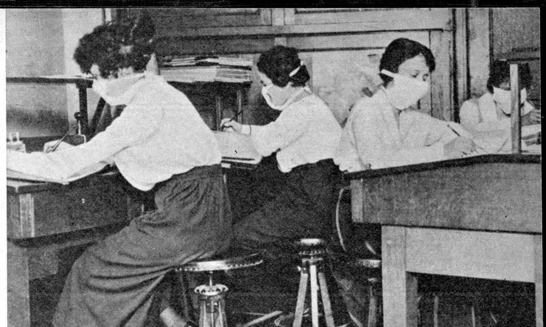Mulheres trabalhando com máscara para evitar contágio da gripe espanhola Foto: Reprodu??o