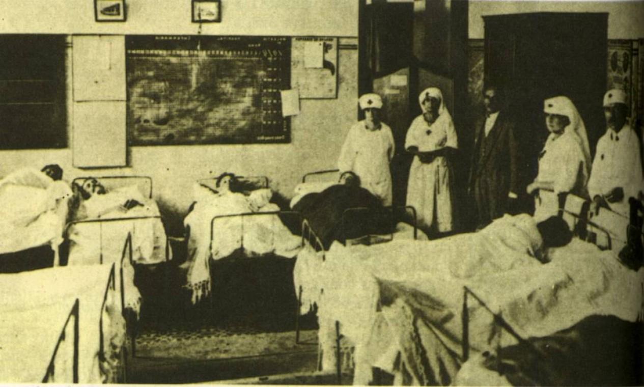 Pacientes recebem tratamento para a gripe espanhola no Brasil, na década de 1920: foram 40 milhões de mortos no mundo. Leitos eram insuficientes para a quantidade de doentes acometidos pela doença Foto: Reprodução