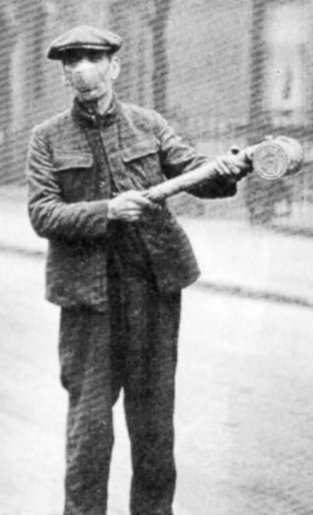 Funcionário espalha veneno anti-germes pelas ruas de Londres em 1919 Foto: The Hulton Deutsch Collection / Getty Images