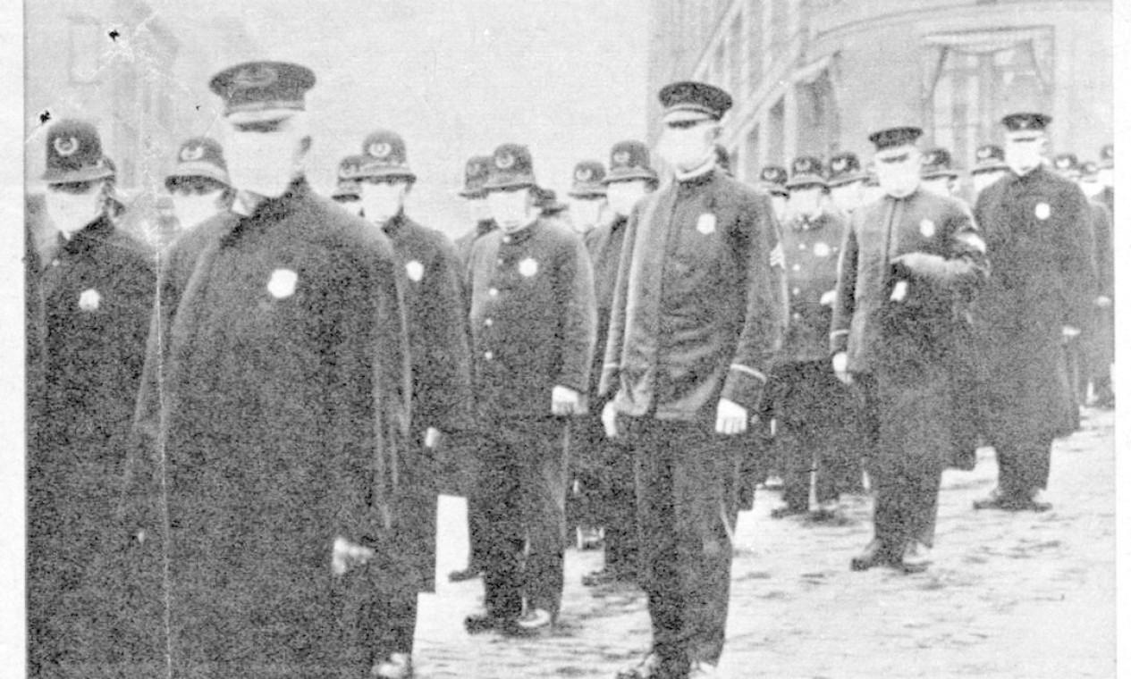 Policiais de máscara para evitar o contágio pela epidemia de gripe, que matou 40 milhões de pessoas entre 1918 e 1919 na Europa e nos EUA e que figura entre as cem maiores catástrofes da história Foto: Reprodução