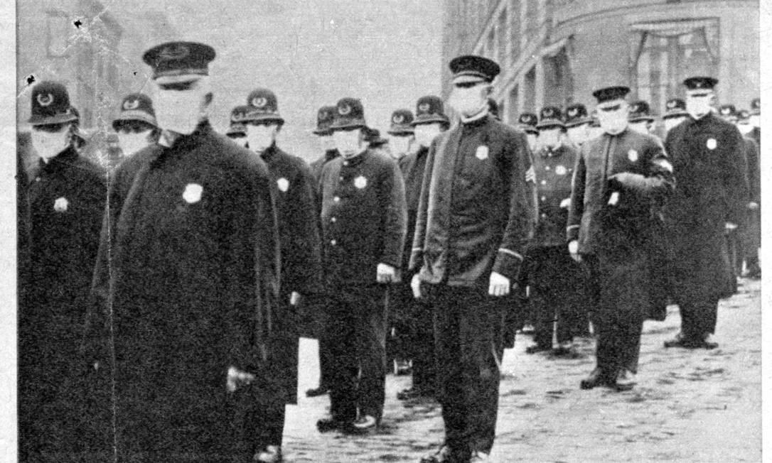 Policiais de máscara para evitar o contágio pela epidemia de gripe, que matou 40 milh?es de pessoas entre 1918 e 1919 na Europa e nos EUA e que figura entre as cem maiores catástrofes da história Foto: Reprodu??o