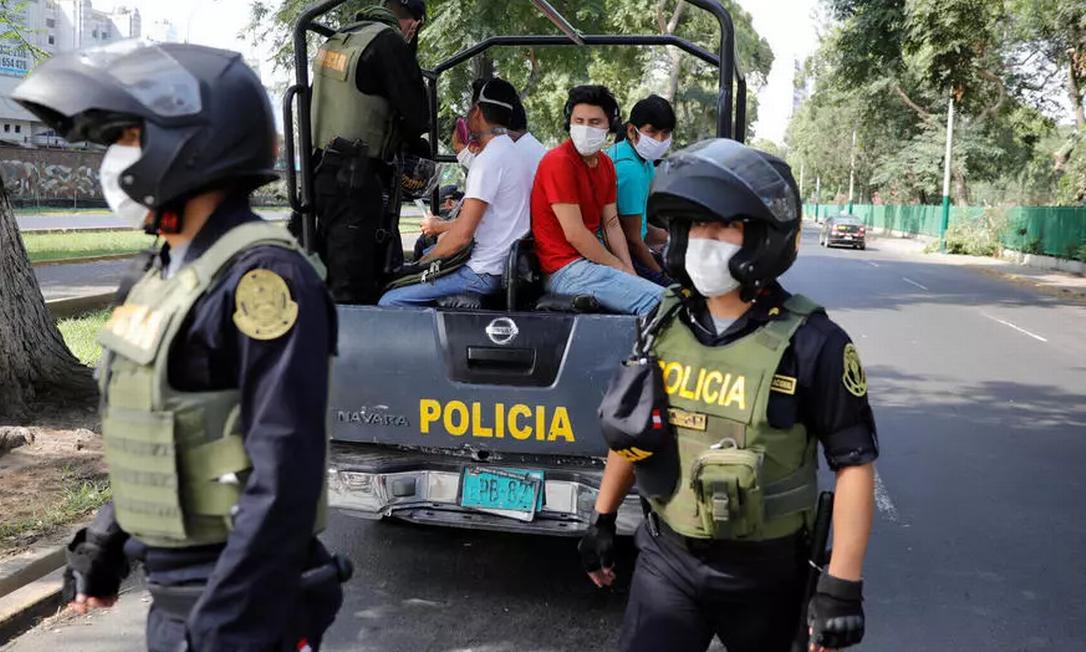 Pessoas que não respeitam o confinamento decretado pelo governo são detidas por policiais e militares nas ruas de Lima Foto: REUTERS/Sebastian Castaneda