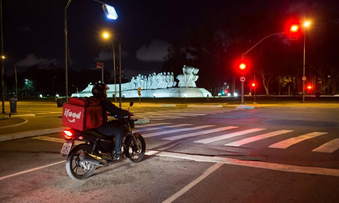 Com o fechamento do comércio, houve aumento nos pedidos de entregas e nas reclamações sobre o serviço Foto: Agência O Globo