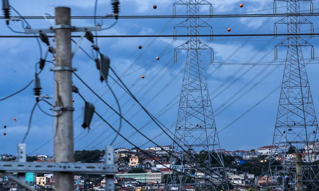 Empresas precisam de empréstimo por queda na demanda e aumento da inadimplência. Na foto, linhas de transmissão de energia elétrica em São Paulo Foto: Edilson Dantas / Agência O Globo