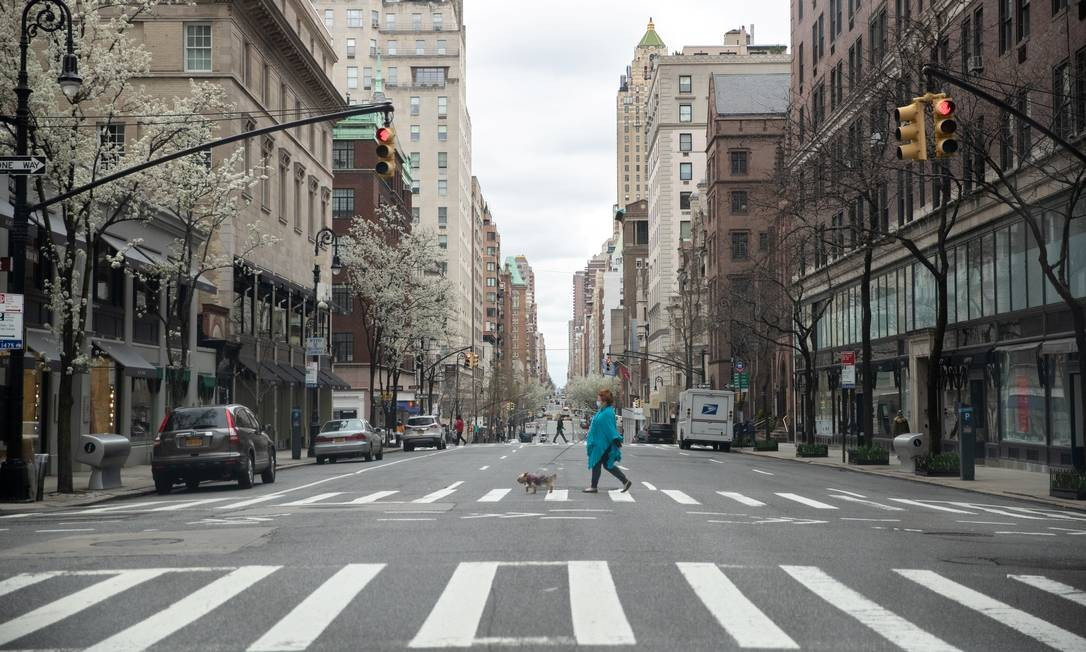 Imagem de cidade fantasma se repete enquanto Nova York caminha para pico da pandemia Foto: JEENAH MOON / REUTERS