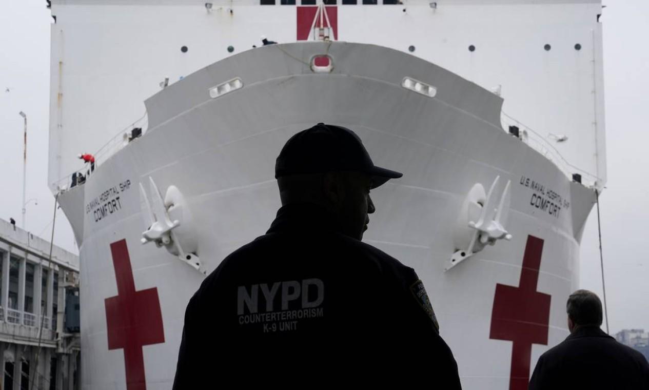 Oficial da polícia de Nova York é visto enquanto navio hospital está estacionado em Manhattan durante o surto da Covid-19), em Nova York, EUA Foto: CARLO ALLEGRI / REUTERS
