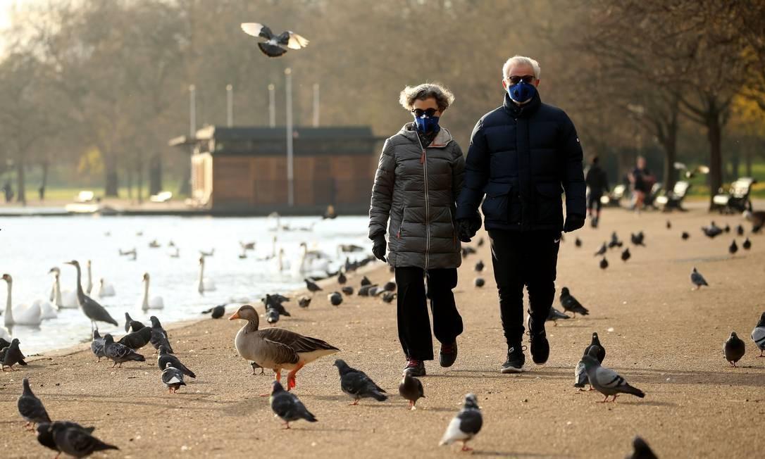 Pessoas fazem exercício diário no Hyde Park, no centro de Londres Foto: ISABEL INFANTES / AFP