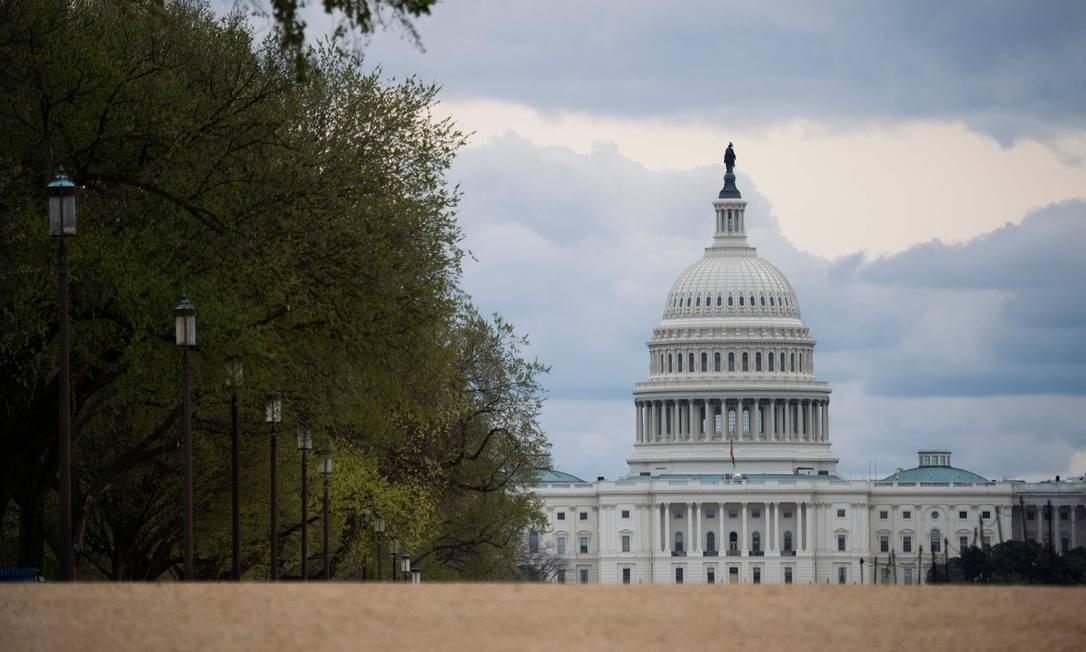 O Capitólio dos EUA é visto em um National Mall vazio, em Washington. Para impedir a propagação do novo coronavírus, Virginia, Maryland e Washington reforçaram orientação para que pessoas não saiam de casa Foto: ANDREW CABALLERO-REYNOLDS / AFP