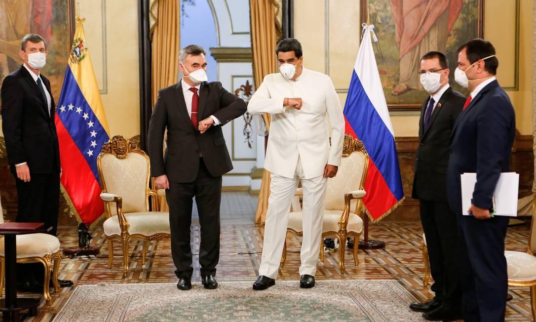 O presidente da Venezuela, Nicolas Maduro, e o embaixador da Rússia na Venezuela, Sergey Melik-Bagdasarov, tocam os cotovelos enquanto usam máscaras devido ao surto do novo coronavírus, no Palácio Miraflores em Caracas, Venezuela Foto: MIRAFLORES PALACE / via REUTERS