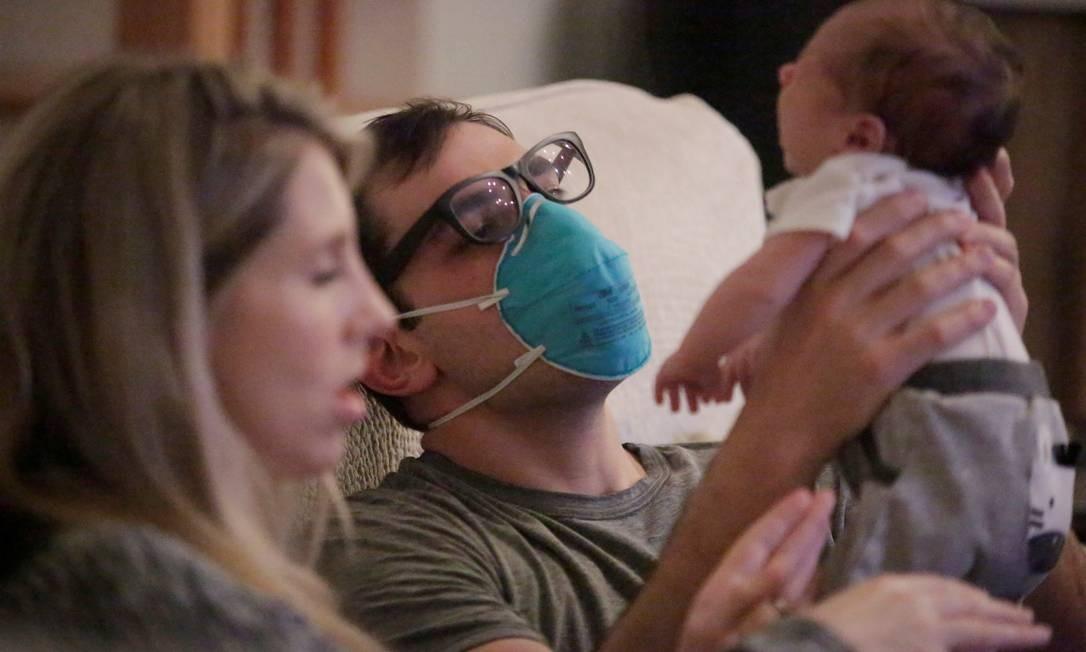 Médico de emergência usa uma máscara enquanto segura seu bebê com sua esposa após terminar seu turno em meio a um surto de coronavírus em Nova Orleans, Louisiana, EUA Foto: KATHLEEN FLYNN / REUTERS