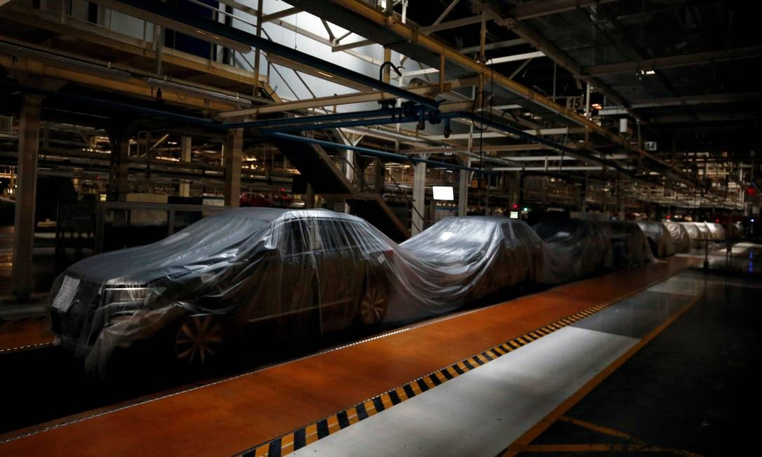 Llinha de montagem vazia é retratada na fábrica de automóveis da Autoeuropa Volkswagen durante um bloqueio parcial para combater o surto de doença por coronavírus em Lisboa, Portugal Foto: RAFAEL MARCHANTE / REUTERS