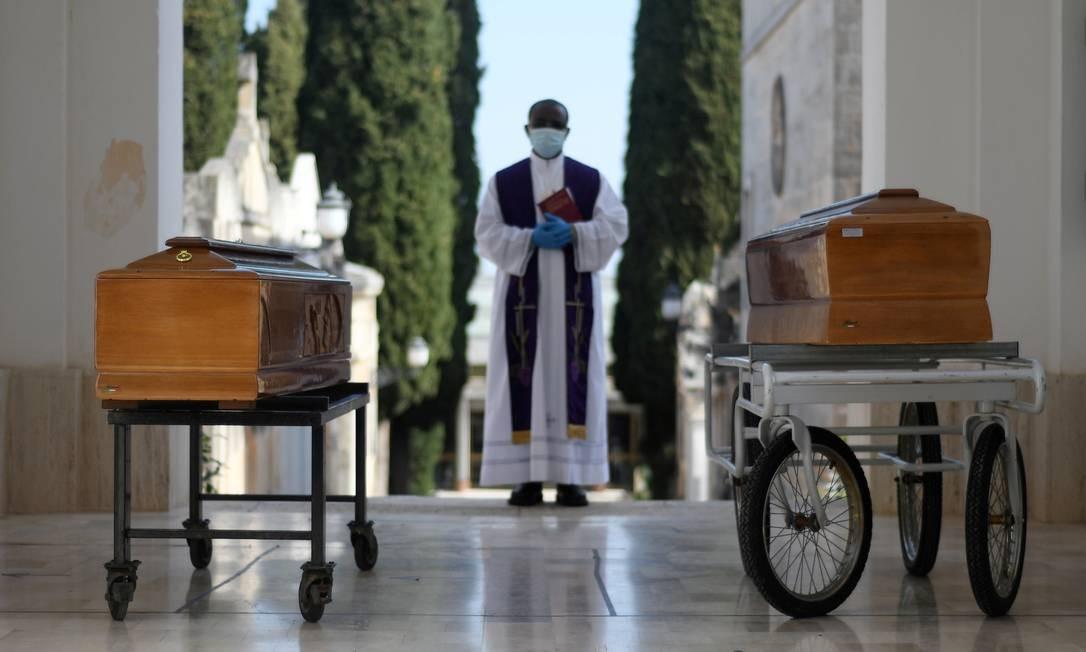 Caixões de duas vítimas da Covid-19 são vistos durante enterro na cidade de Cisternino, sul da Itália Foto: ALESSANDRO GAROFALO / REUTERS