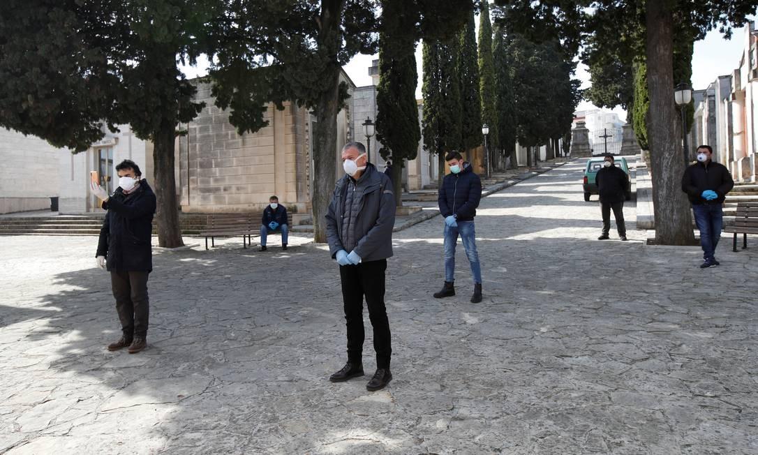 Parentes participam de uma cerimônia de sepultamento de vítimas da Covid-19 na cidade de Cisternino, Itália Foto: ALESSANDRO GAROFALO / REUTERS