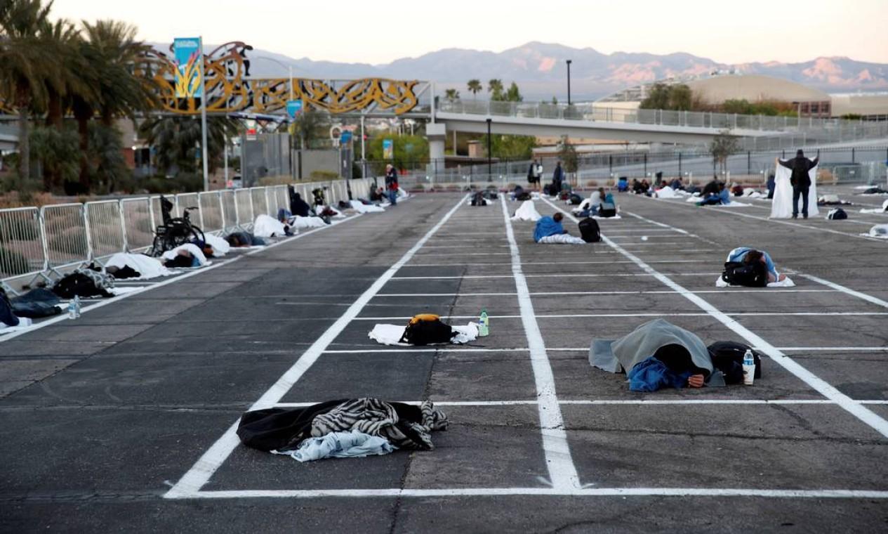 Os sem-teto dormem em um abrigo temporário no Cashman Center, com espaços marcados para distanciamento social para ajudar a retardar a propagação da doença por coronavírus em Las Vegas, Nevada, EUA Foto: STEVE MARCUS / REUTERS