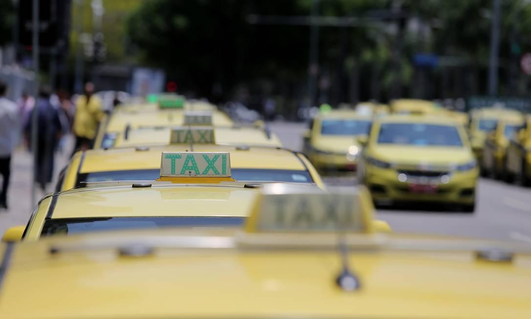 "Taxistas e motoristas de aplicativos estarão entre os beneficiários do ""coronavoucher"", segundo projeto que está sendo elaborado no Senado Foto: Guilherme Pinto / Agência O Globo"
