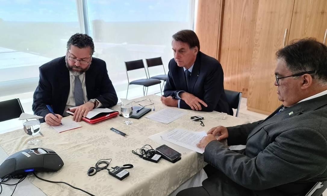 O presidente Jair Bolsonaro acompanhado do ministro das Relações Exteriores, Ernesto Araújo, no Palácio do Planalto. Foto: Reprodução/Twitter