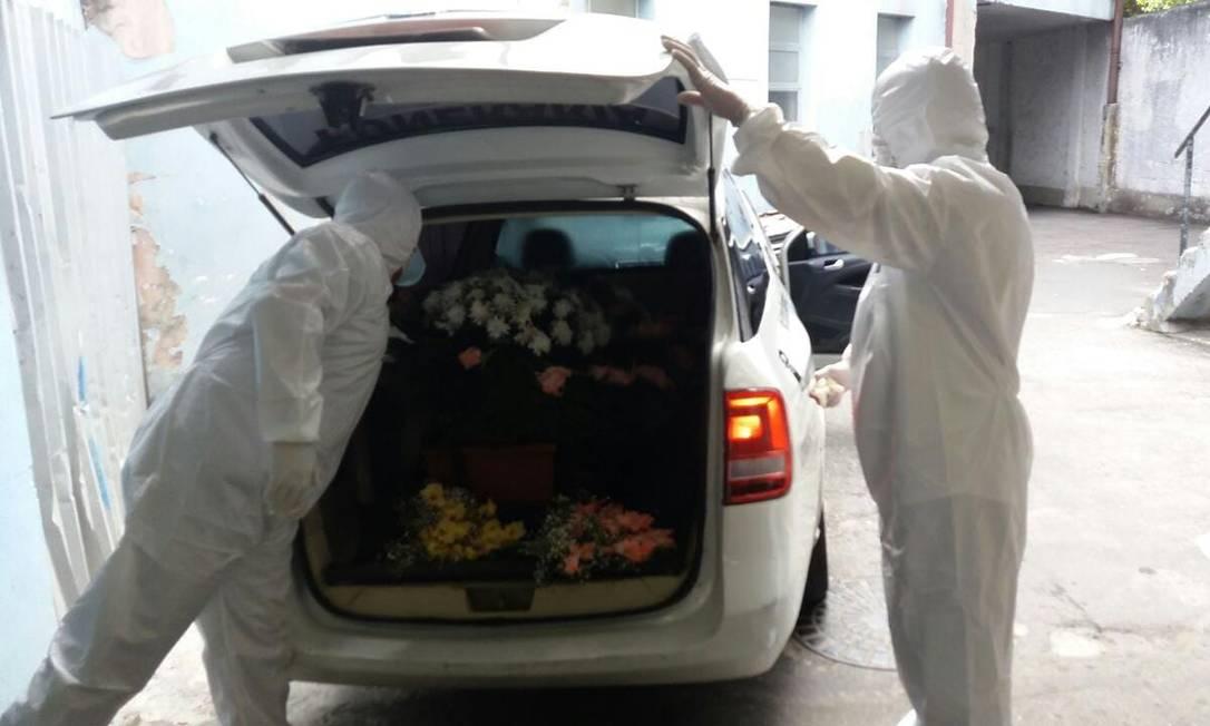 Corpo de Antônio Edson Mesquita Mariano, morador da Rocinha, sendo retirado de hospital Foto: Reprodução