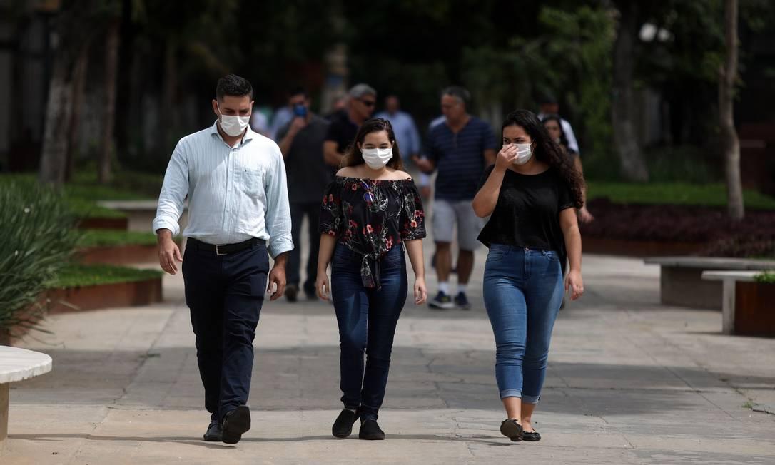Pessoas usam máscara após um sepultamento no Cemitério do Caju Foto: FABIO MOTTA / Agência O Globo
