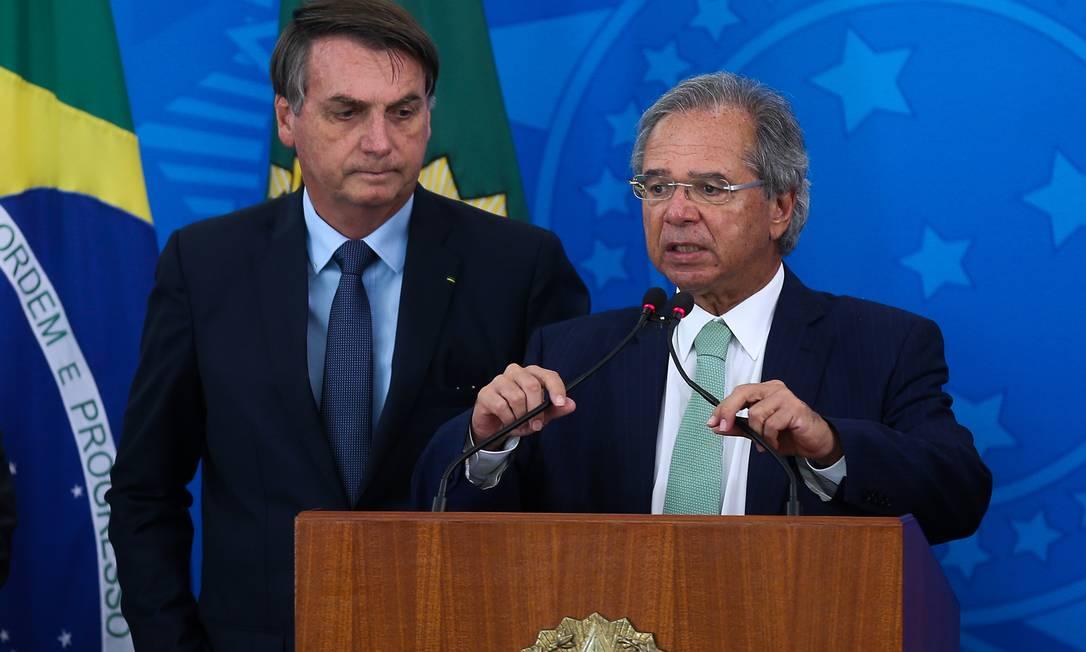 O presidente Jair Bolsonaro e o ministro da Economia, Paulo Guedes, anunciam medidas para combater o coronavírus Foto: Marcos Corrêa/PR / Agência O Globo