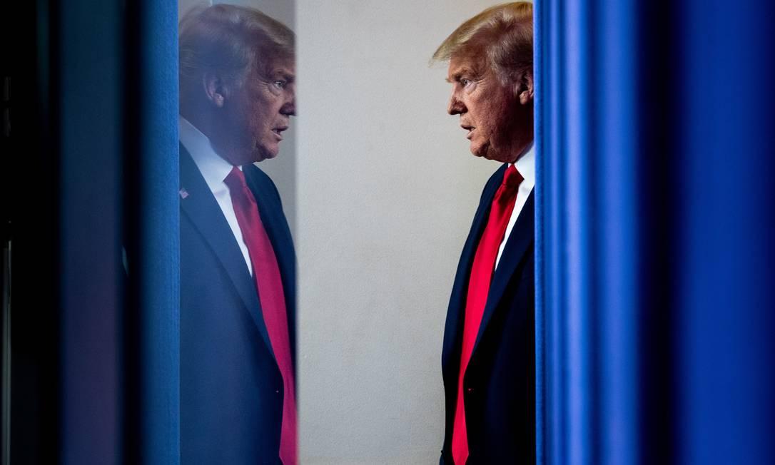 Donald Trump participa de entrevista coletiva para falar sobre as estimativas do governo para o número de casos e mortes por coronavírus nos EUA, no dia 31 de março Foto: ERIN SCHAFF / NYT