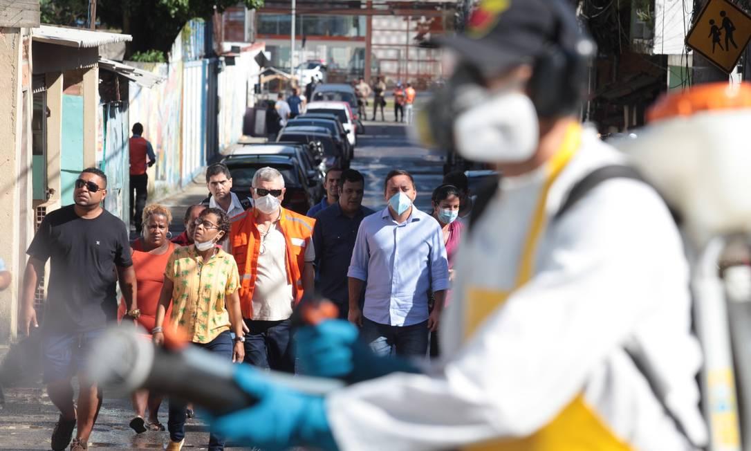 O prefeito Rodrigo Neves e o secretário de Planejamento Axel Grael acompanham sanitização no Morro do Preventório Foto: Divulgação/Berg Silva/27-03-20