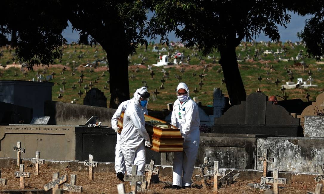 Traje para que funcionários realizaem enterro de mortos em decorrência da Covid-19 inclui macacão, botas, luvas, óculos e uma máscara. Parte do material deve ser devidamente descartada após o uso Foto: FABIO MOTTA / Agência O Globo