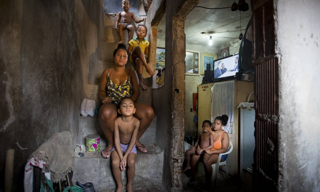 Talita Silva Gomes, de 27 anos, seus filhos e sua irmã, na casa onde moram, na localidade conhecida como Três Fazendas, na Rocinha Foto: Márcia Foletto / Agência O Globo