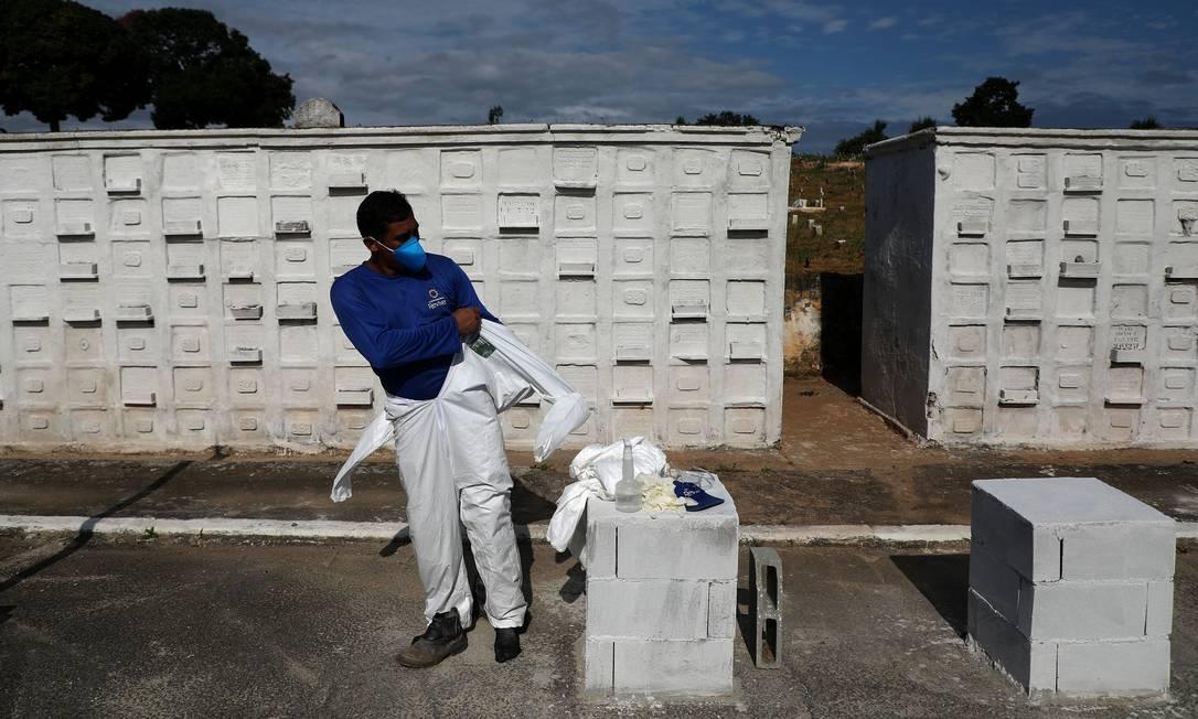 Sepultador veste macacão especial para se proteger contra Covid-19 Foto: FABIO MOTTA / Agência O Globo