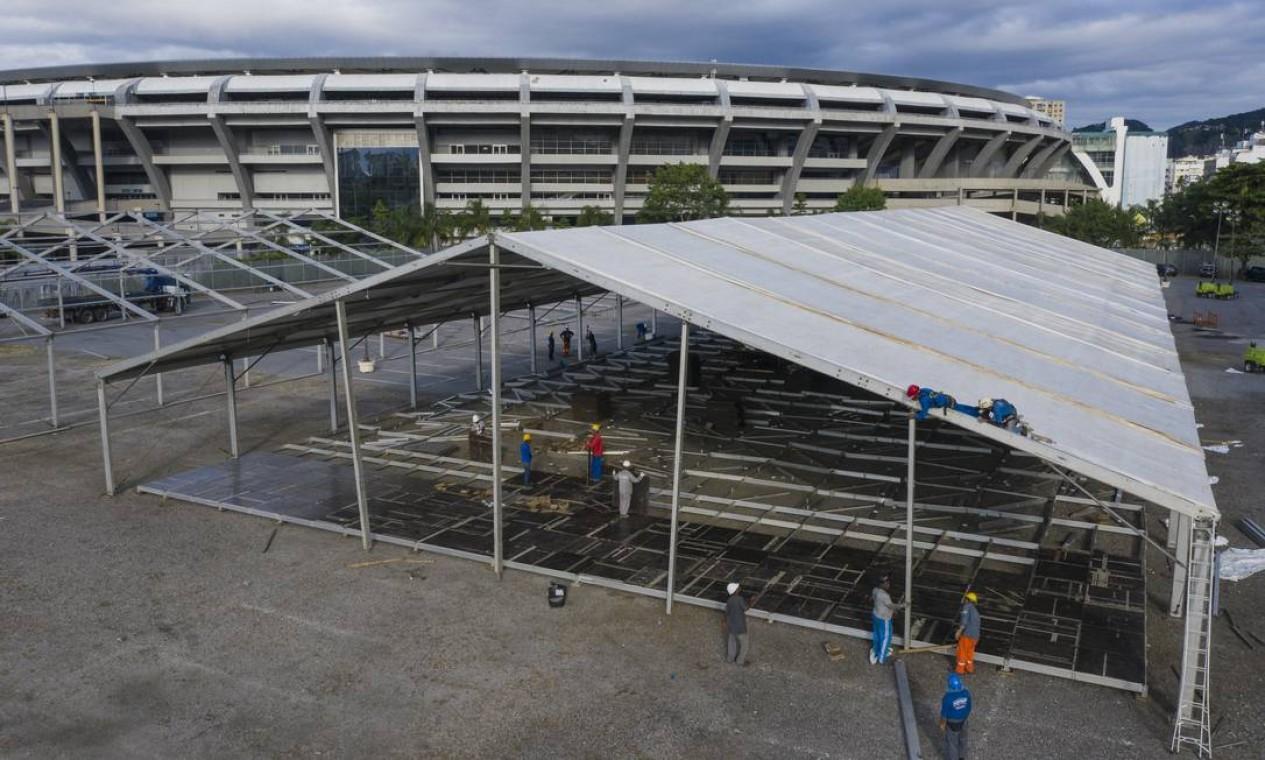 Hospital de campanha para atendimento de pacientes com Covid-19 está sendo montado no Estádio do Maracanã, no Rio, no espaço onde ficava o Estádio de Atletismo Célio de Barros Foto: Gabriel Monteiro / Agência O Globo