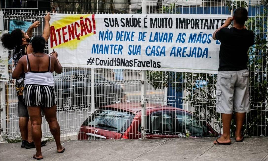 Moradores espalham cartazes de alerta no Complexo do Alemão Foto: Dvulgação/ Voz das Comunidades