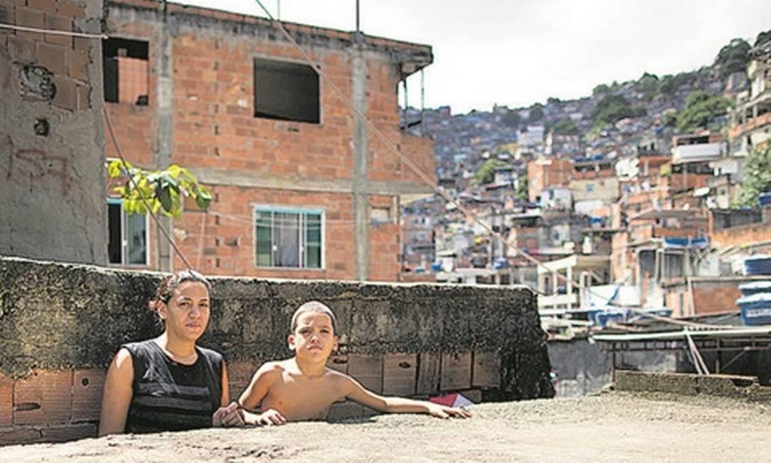 A desempregada Suellen Cristina da Silva com o filho de 7 anos, na Rocinha: medo da contaminação Foto: Agência O Globo