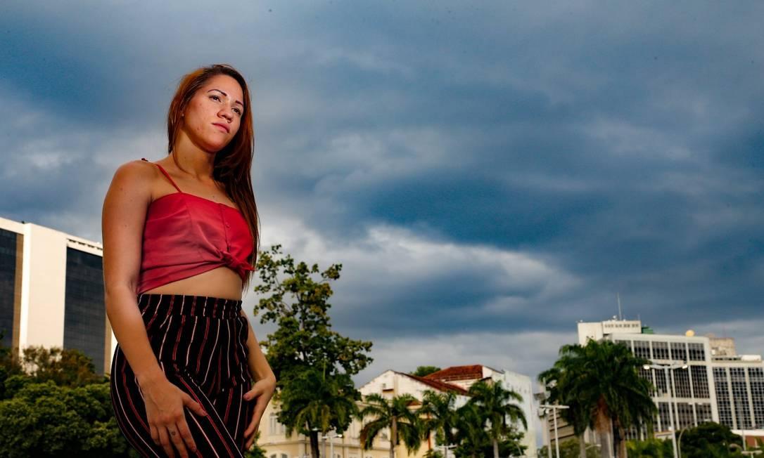 Dhara Balin, de 22 anos, era cuidadora de idosos e ficou sem renda depois de ser dispensada do trabalho Foto: ROBERTO MOREYRA / Agência O Globo