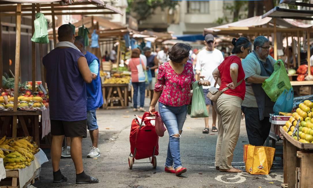 Feirantes foram incluídos entre as categorias que deverão receber auxilio emergencial de R$ 600 Foto: Ana Branco / Agência O Globo
