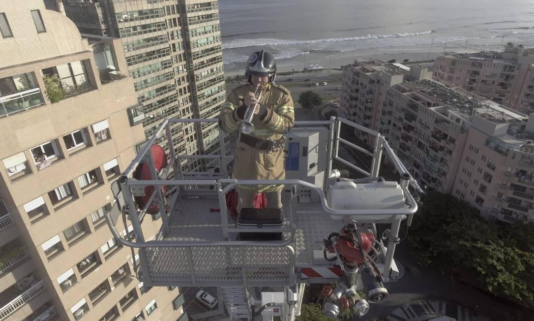 O bombeiro tocando trompete no alto de uma escada Magirus Foto: Divulgação