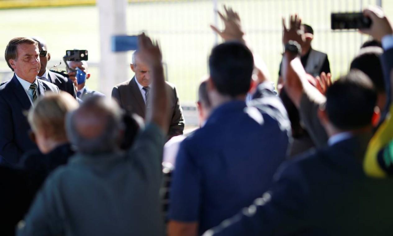 O presidente do Brasil, Jair Bolsonaro, se reúne com apoiadores ao deixar o Palácio da Alvorada, em meio ao surto de Covid-19 Foto: Ueslei Marcelino / Reuters - 02/04/2020