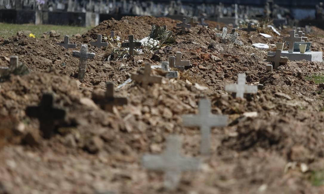 A Concessionária Reviver, que administra sete cemitérios no Rio, adotou medidas de segurança durante a pandemia, como área isoladas para carros funerários. Além disso, recomenda que corpos sejam cremados, em vez de enterrados, quando possível Foto: Fabiano Rocha / Fabiano Rocha