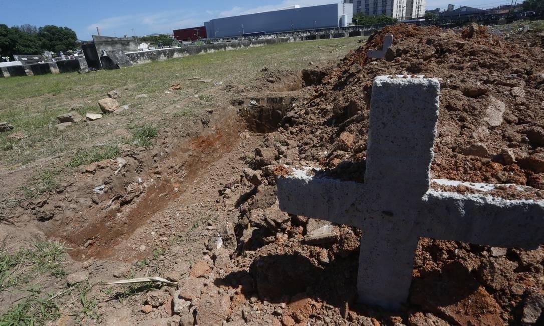 Cova rasa em uma área restrita para futuros enterros das vítimas da Covid-19, no Cemitério São Francisco Xavier, Caju, Zona Portuária do Rio Foto: Fabiano Rocha / Fabiano Rocha